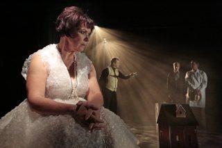 Vanhan naisen vierailu esityskuva, Claire (Tarja Heinula) on mietteissään lavan etureunassa, hovimestari näkyy taustalla