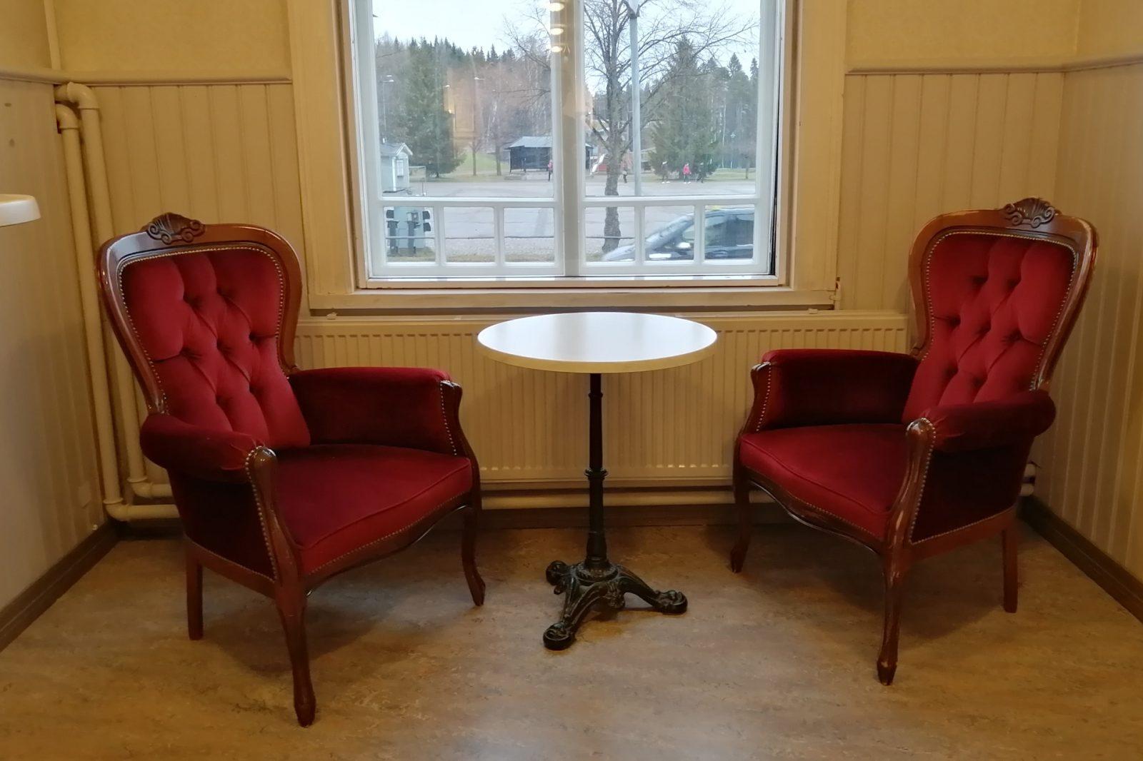 Kaksi samettiverkoiltua tuolia ja kahvipöytä
