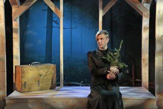 Niskavuoren Loviisa ja Heta esityskuva. Loviisa istuu musta mekko päällään ja kuusenlatvus sylissään