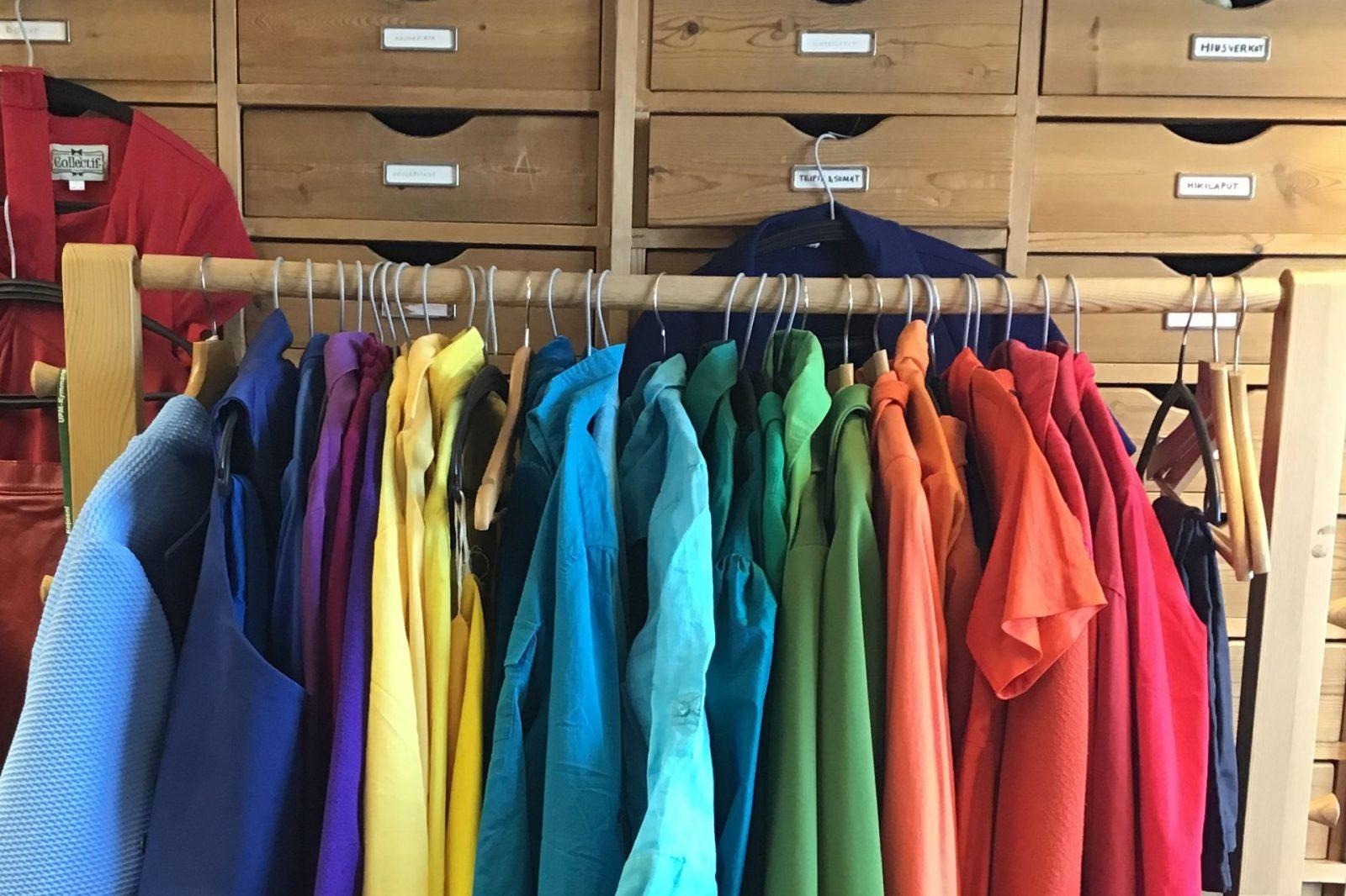 Värikkäitä vaatteita rekillä