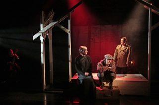 Niskavuoren Loviisa ja Heta esityskuva. Loviisa, Juhani ja Heta lavavsteiden keskellä