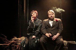 Vanhan naisen vierailu esityskuva, Claire ja Herra Ill istuvat vierekkäin tupakoimassa