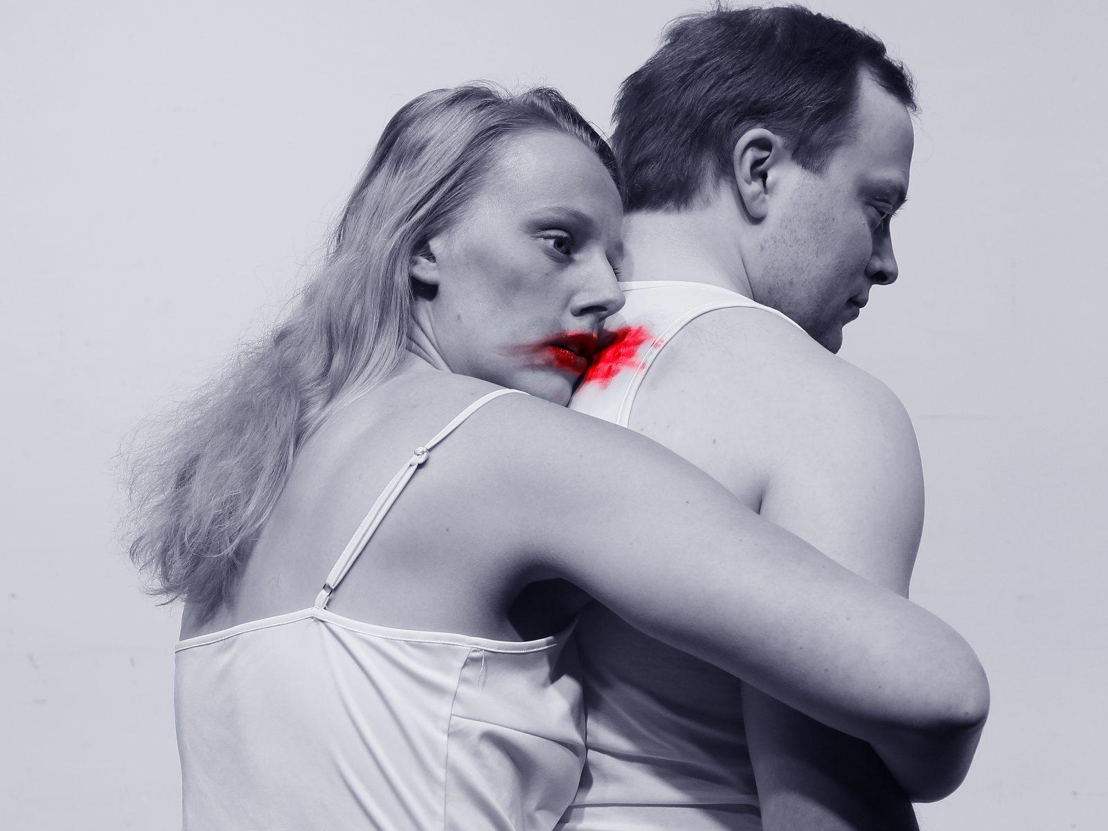 Näyttelijä Salal Loper halaa Jose Viitalaa