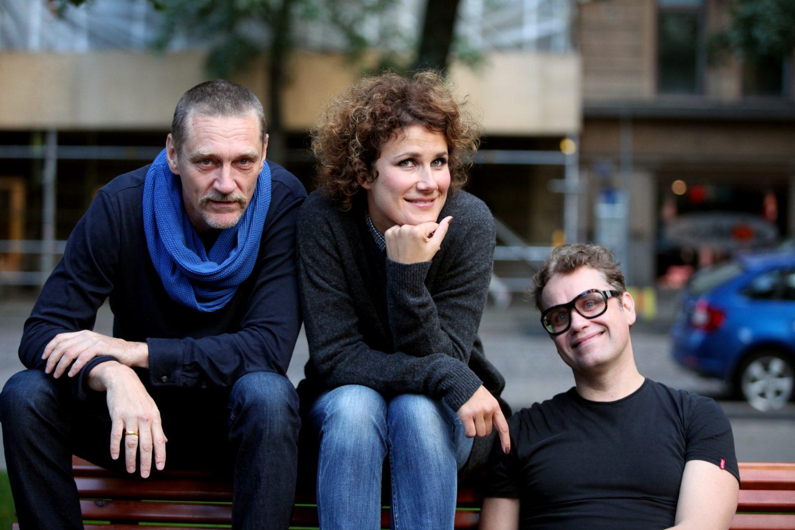 Jukka Virtanen, Minttu Mustakallio ja Samuli Laiho istuvat puiston penkillä