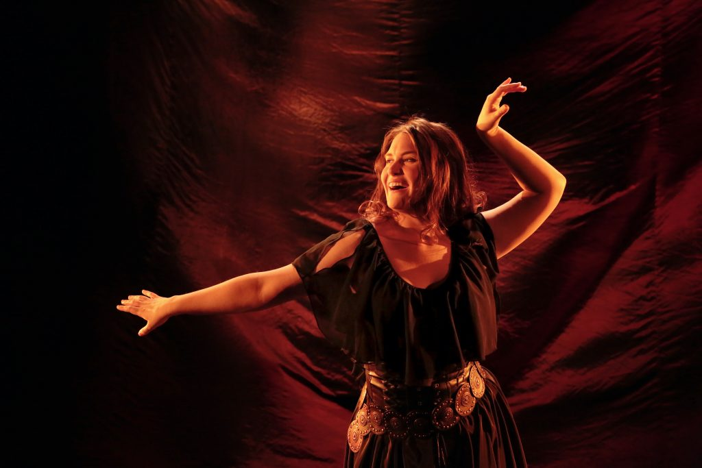 Näyttelijä Maija Pihlajaoja eläytyy flamencon rytmeihin